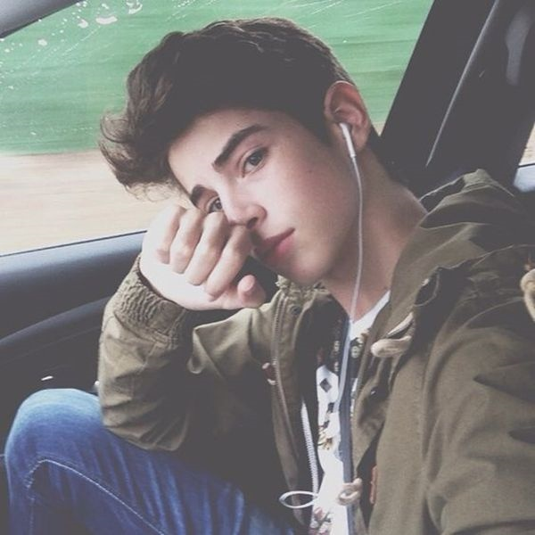 Best Selfie Poses For Guys To Look Stylish